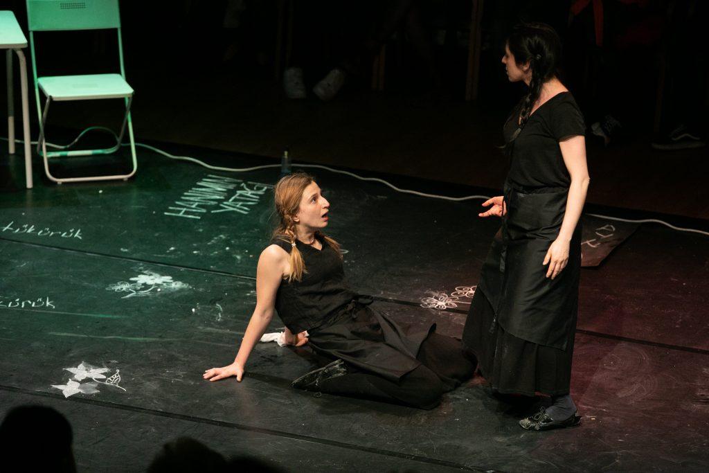 Tİyatro Hemhâl-Tırnak İçinde Hizmetçiler